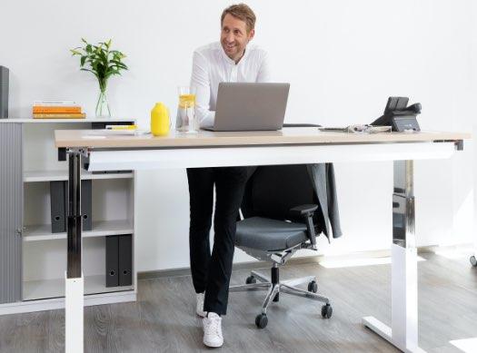 reiss Schreibtisch stehen